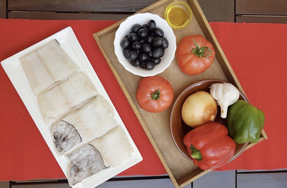 Cazuela de bacalao con tomate y aceitunas negras