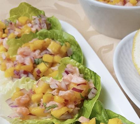 Ceviche de salmón y mango sobre cogollos de lechuga
