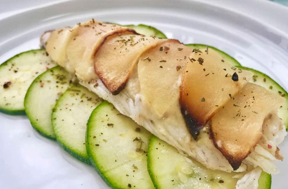 Dorada con salsa de manzana sobre cama de calabacín marinado